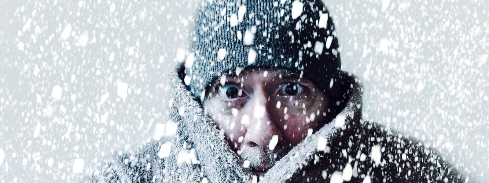 homem no meio da neve com os olhos desprotegidos