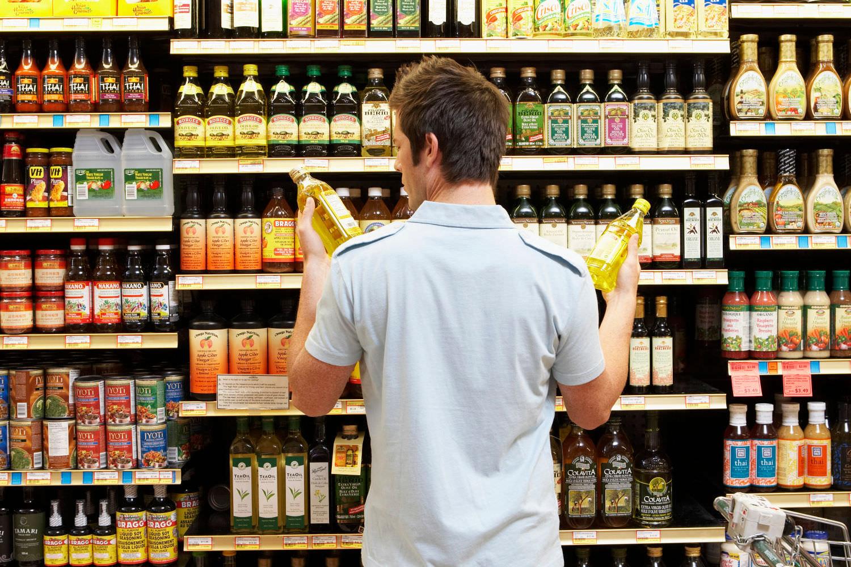 homem a fazer compras em supermercado