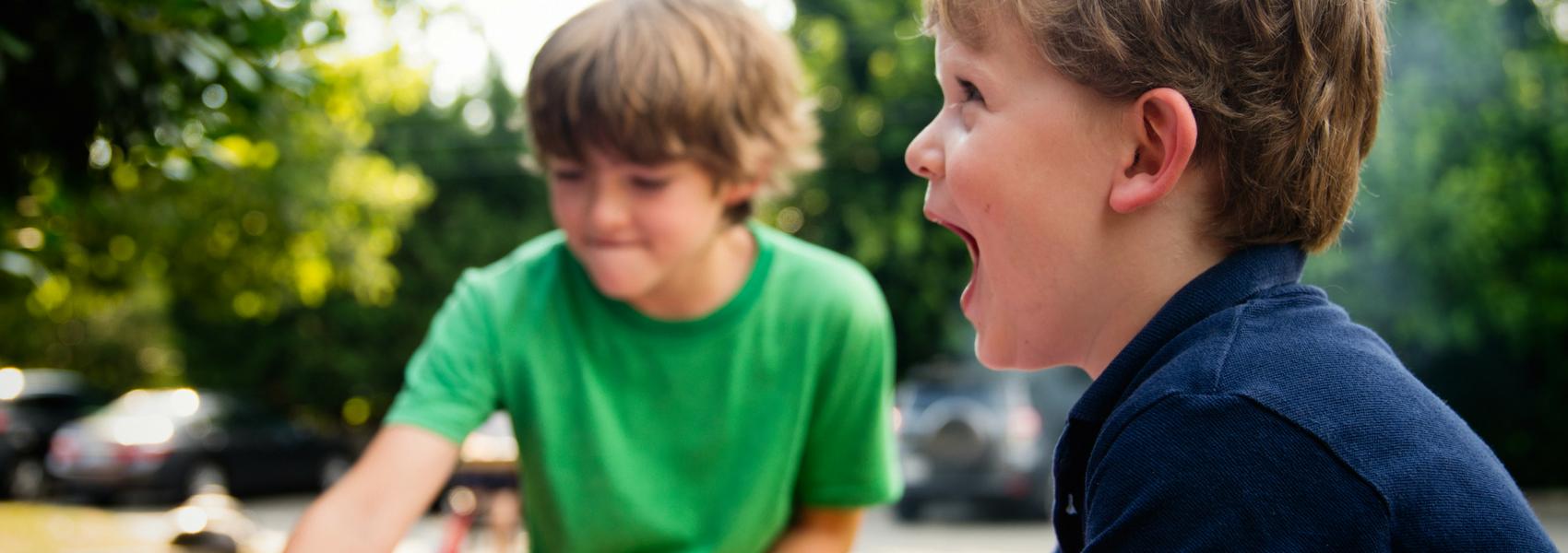 Crianças a brincar numa escola