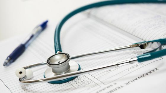 estetoscópio e ficha de doentes