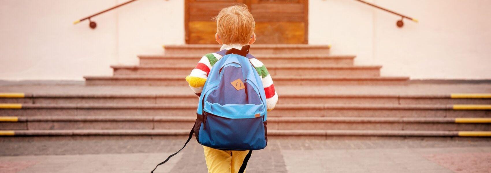 As costas das meninas sofrem mais com o peso das mochilas do que as dos meninos