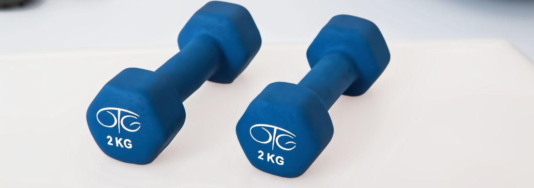 personal trainer ajuda a fazer exercício em casa