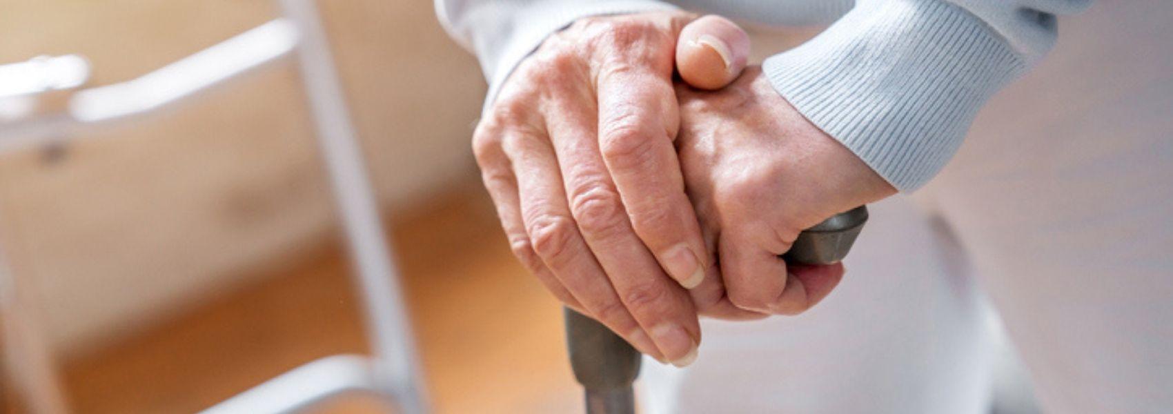 Risco de queda é maior para os idosos com doença de Alzheimer assintomática