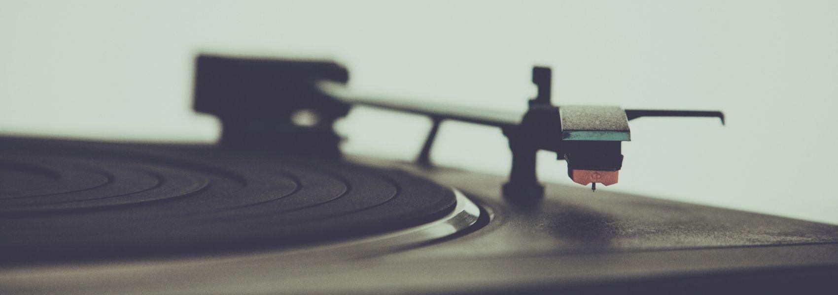 Ouvir música perto da hora de dormir atrapalha o sono, revela um estudo